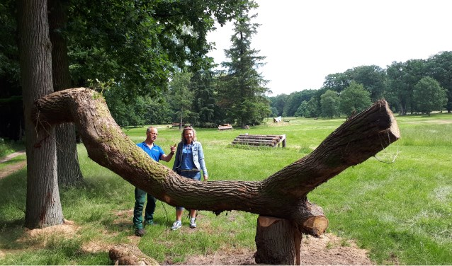 Rien de Greef toont Jolanda Blom hoe van een omgewaaide boom een hindernis is gemaakt.