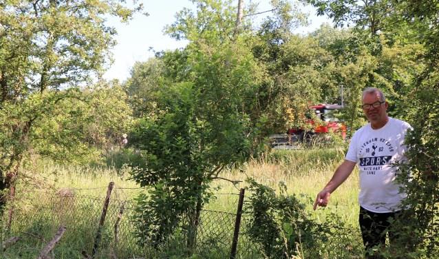 Volgens Willem van der Sloot is het hekwerk om herten tegen te houden op veel plaatsen ondeugdelijk.