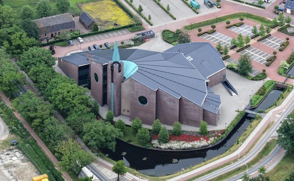 Kerk De Hoeksteen aan de Ds. E. Fransenlaan in Barneveld van de Gereformeerde Gemeente in Nederland. Heliflight.nl © BDU media