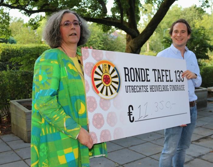 Wynand Brants overhandigt de cheque aan Ellenoor Piersma van de Gouden Diners in Ontmoetingscentrum De Vijver.