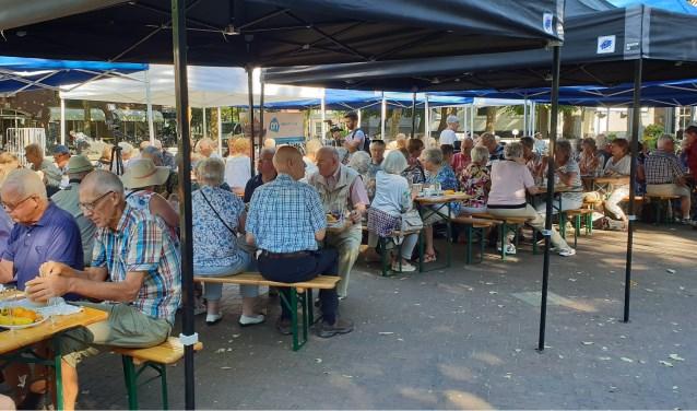 DE deelnemers aan het startontbijt laten het zich allemaal goed smaken!