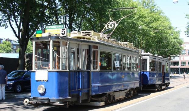 Een van historische trams van de EMA met bijwagen in Amsterdam.