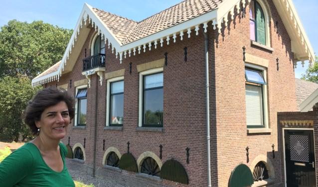 Wethouder Marian van der Weele bewondert De Paerl, een van Ouder-Amstel's allereerste gemeentelijke monumenten