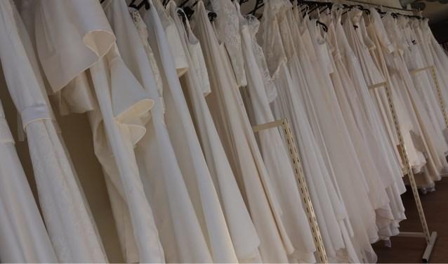 Rekken vol trouwjurken hangen klaar voor een prachtige bruidsshow