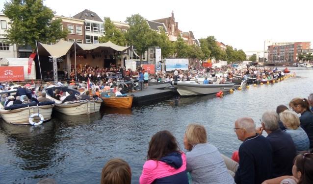 Gezellige drukte op het water en langs de kade, waar het publiek volop genoot  van de vele optredens van het SpaarneConcert.