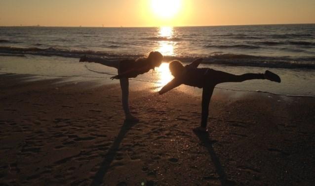 Sara en Elsa Visser genoten in eigen land van het weer, hier op het strand van Hoek van Holland.