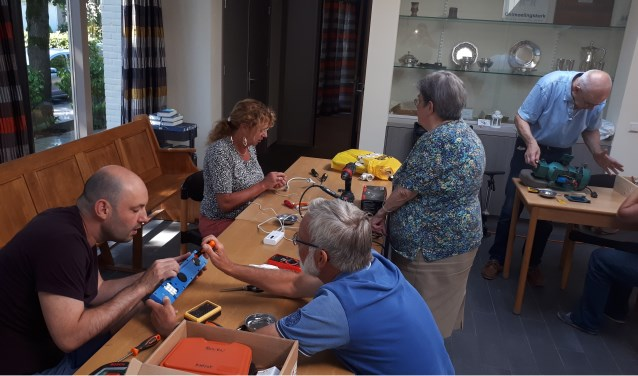 Vrijwilligers helpen op de 3e zaterdag van de maand bij reparaties van elektrische apparaten in het Repair Café Maarn Maarsbergen.