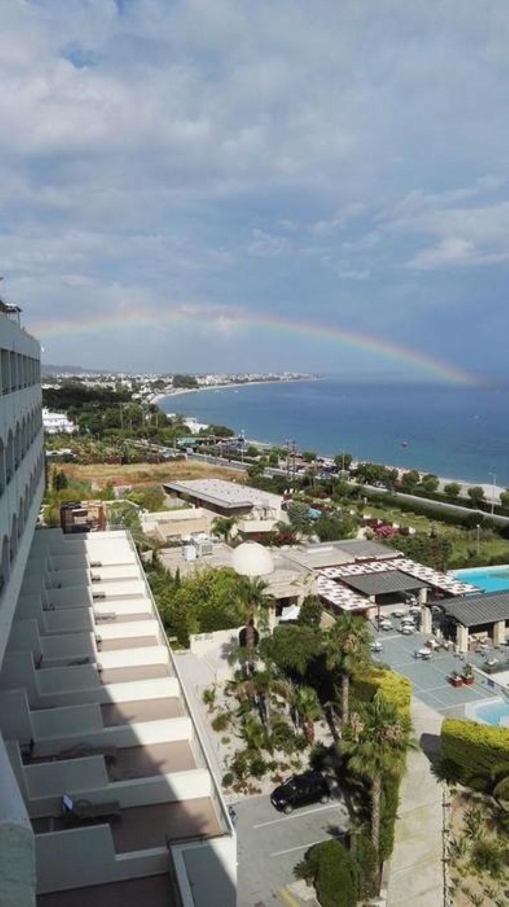 Fran de Jong was op vakantie in Rhodos en zag daar een mooie regenboog. Fran de Jong © BDU media