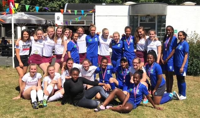 Na afloop van de wedstrijd nog een mixed team foto van de Maarnse en Zambiaanse meiden.