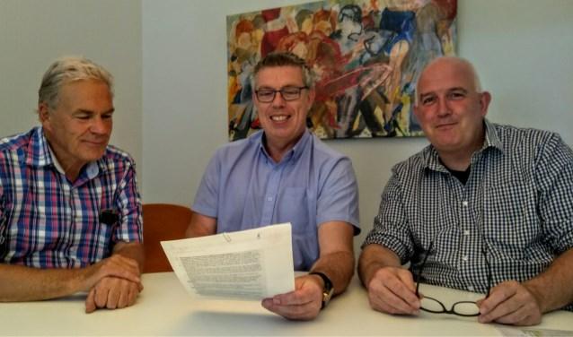 De officiële ondertekening door Cees Schippers (IJsclub), Rob van Kommer (Harmonie) en Frans van de Craats (Oranjevereniging).