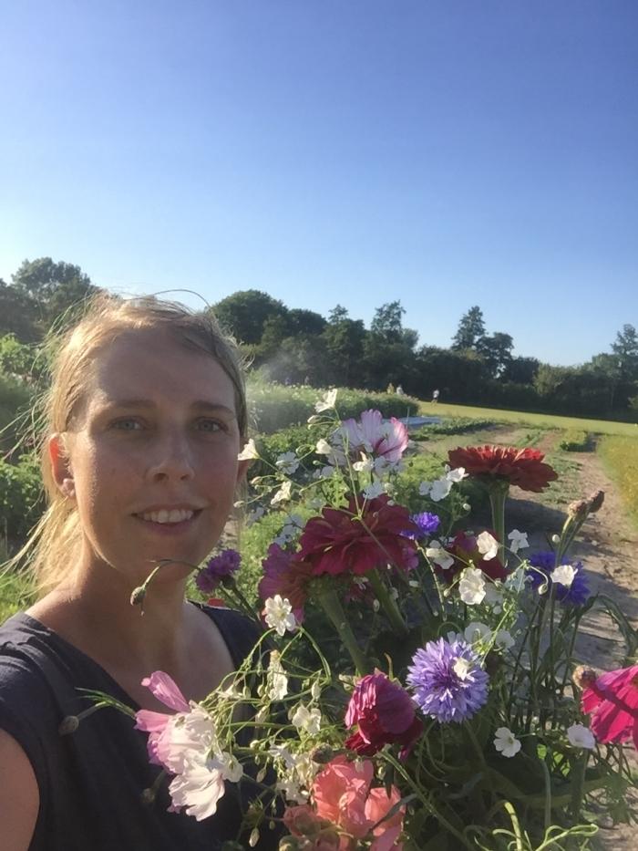initiatiefneemster Myrthe met de bloemen oogst