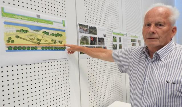 Kees Buis toont trots zijn ontwerp van de groenstrook.