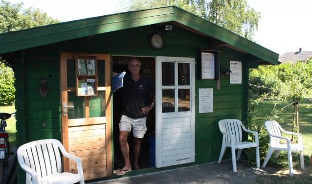 Veerman Arjen Swets bij het tuinhuis annex ontmoetingsplaats voor 'vrienden' van het veer.