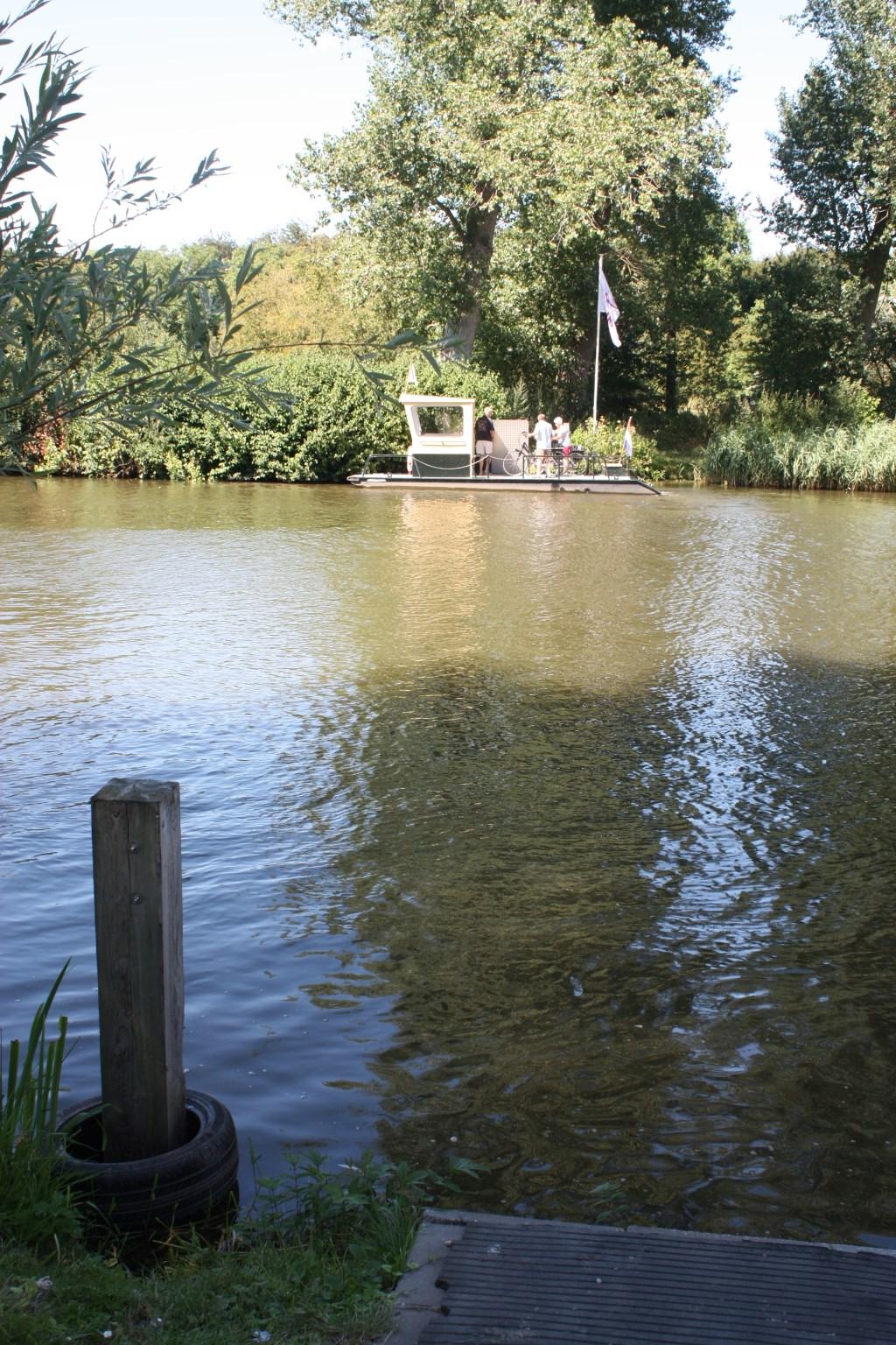 Vroeger lag hier een houten pont die door de veerman met een ketting naar de overkant werd getrokken. Michel Broekhuizen © BDU media