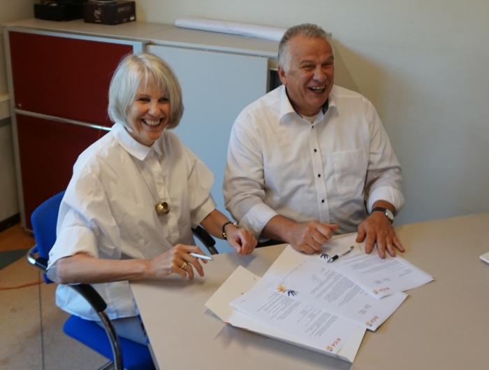Joke van den Hoeven, conrector van het Jordan en Gerhard ten Hove, directeur Biga Groep tekenen het samenwerkingscontract.