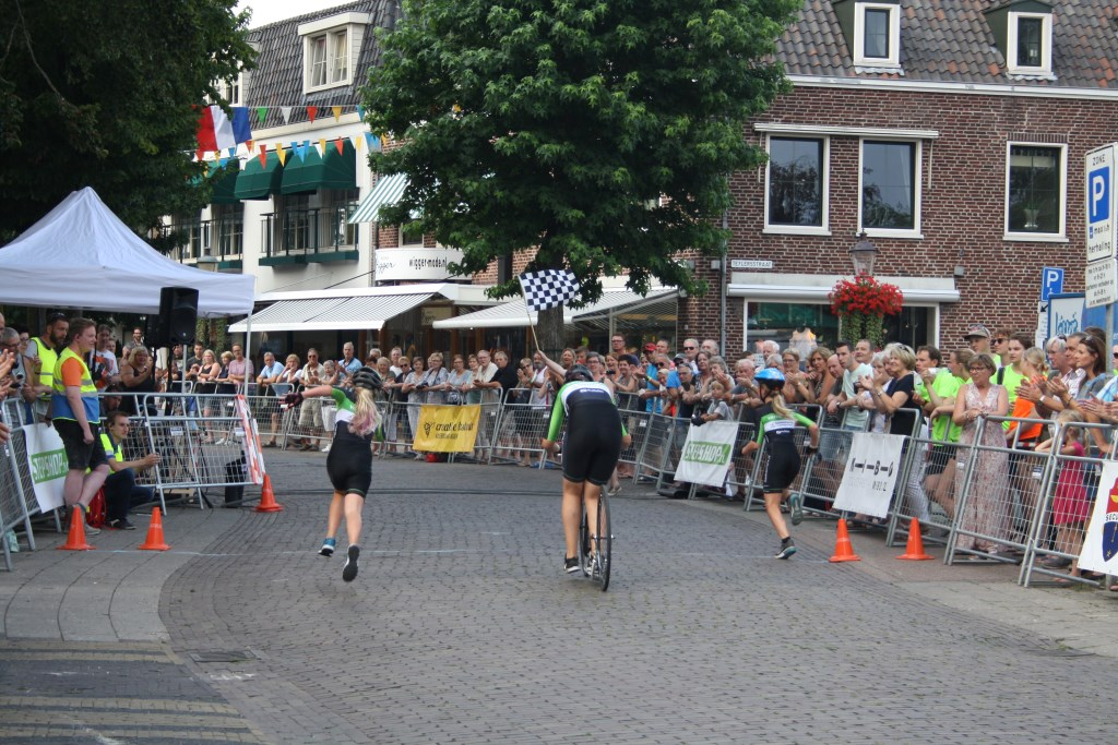 Onder luid applaus komt het winnende damesteam over de finish. Margriet Reijne © BDU media
