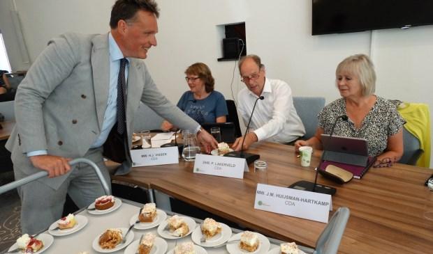 Wethouder Jorrit Eijbersen deelt gebak uit