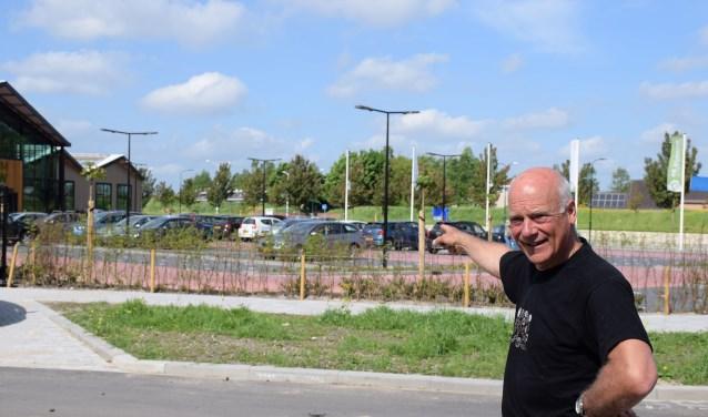 Peter de Klein wijst de locatie van de Veiling Houten aan op de huidige plek van De Schouw. Frank Magdelyns © BDU media