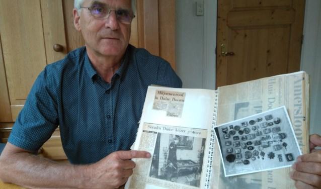 Henk Hummel met de krantenartikelen uit die tijd.