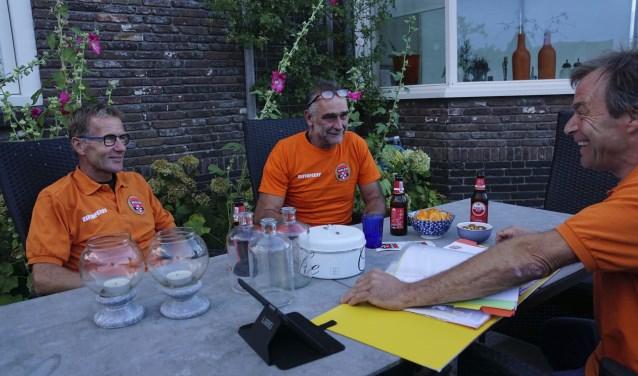 Een deel van het bestuur van het Waverfeest: Ron Brandse, voorzitter Willem Kleinveld en penningmeester Frits Zeinveld. Jaap van Spengen en Carla de Bruyn ontbreken op de foto.