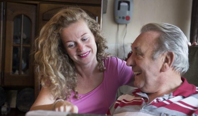 Een vrijwilligster bezoekt regelmatig een licht dementerende man.