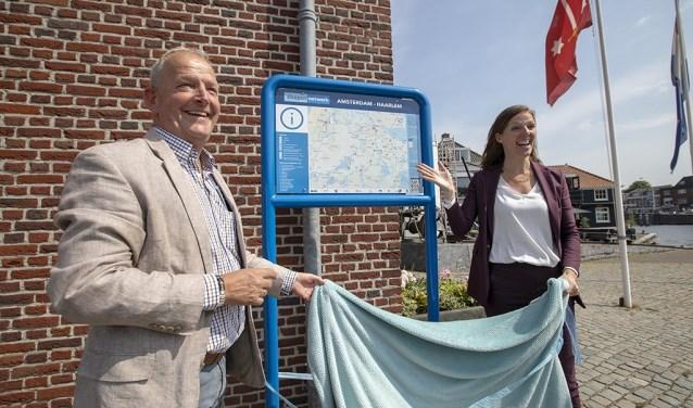 Wethouder Cora Yfke Sikkema onthult het routebord.