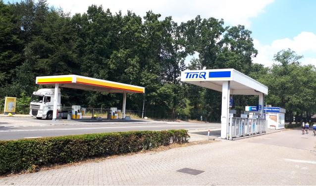 De twee tankstations aan de Woudenbergseweg moeten wijken voor de leefbaarheid in de dorpskern.