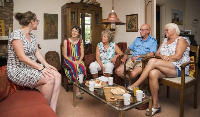 Mensen met hersenletsel ervaren hun leven vaak als in tweeën gedeeld.Op de foto, van links naar rechts: Geeke Blenk, Els Verstoep, Irene Evenhuis en Martin en Esther van der Mark.