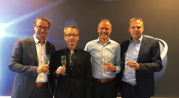 Ondertekening koopovereenkomst door Frans Gemen, Henno Poesse, Jan Penning en Conrad van Kooten