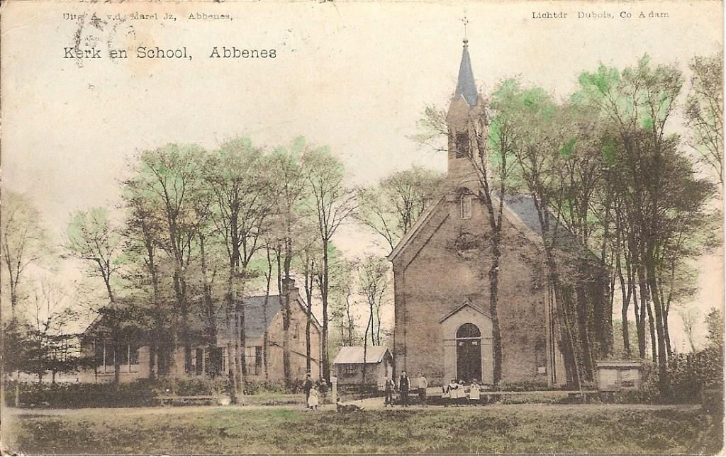Een oude ansichtkaart met de afbeelding van de kerk.