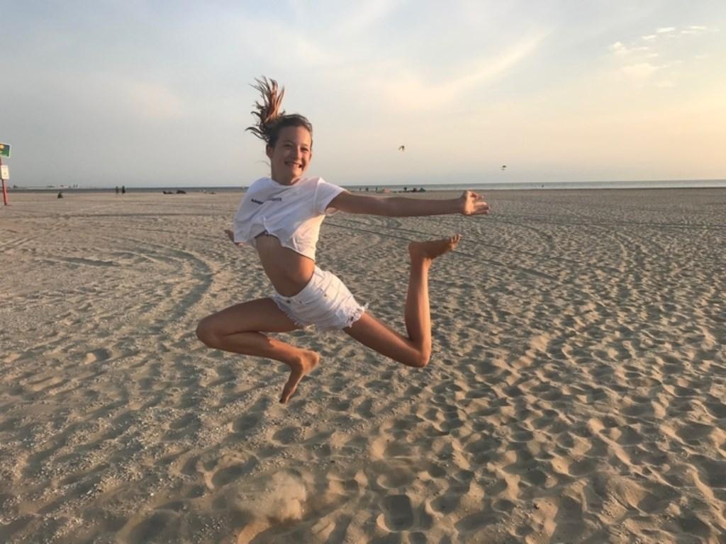 Summerfeeling op het strand! Op de foto de 12-jarige Sophie op het strand van IJmuiden. Foto Sandra Kroezen Sandra Kroezen © BDU