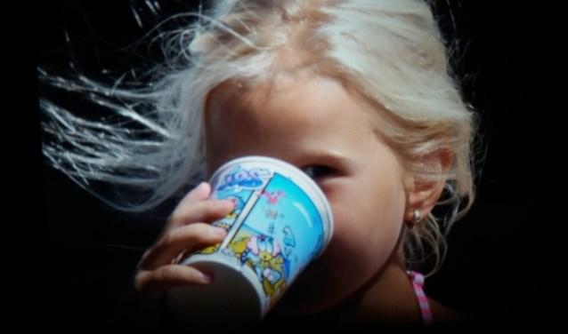 Aimy Rikkers geniet tijdens deze warme zomer van een koel drankje en een fris briesje.