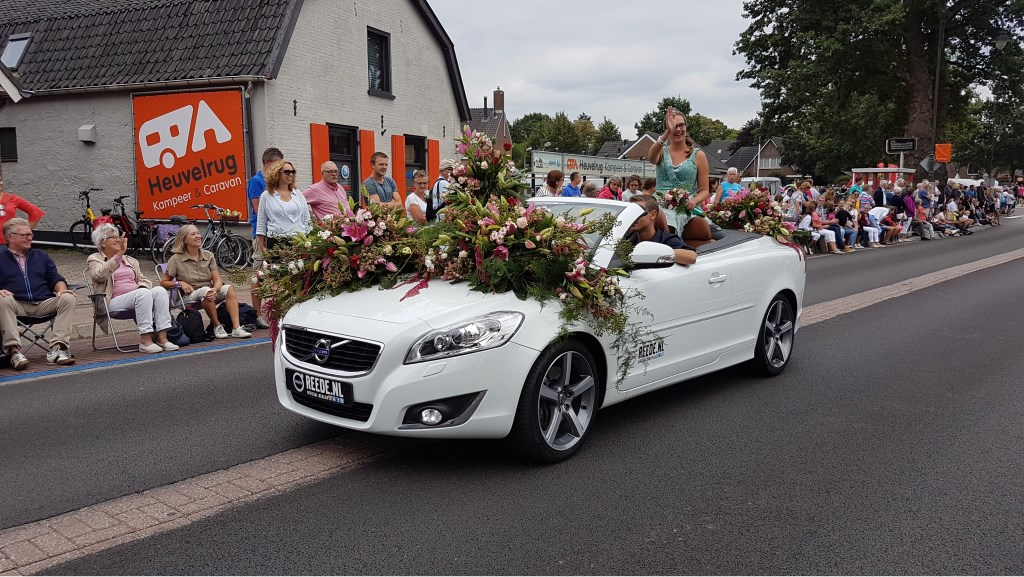 Bloemenkoningin Gerina van der Sijs geniet met volle teugen. Wilco Willemse © BDU