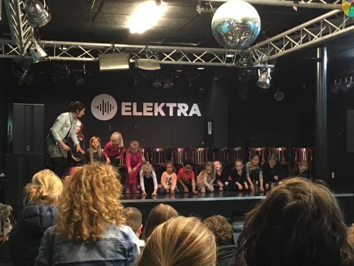 dansen en zingen tijdens de theater uitvoering