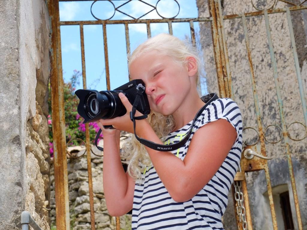 Noa den Ouden, fotografe in de dop, tijdens haar vakantie op Corfu Carin Fijnekam © BDU media