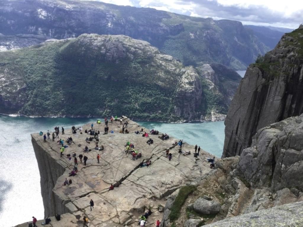 De Preikenstolen in Noorwegen. Op de foto vele van onze medeklimmers c.q. toeristen. Foto Ada en Bram Kiewiet Ada en Bram Kiewiet © BDU