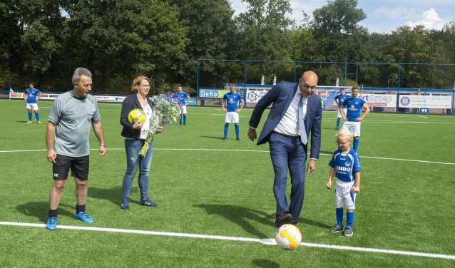 Wethouder Gerrit Boonzaaijer geflankeerd door oudste (spelende) en jongste lid van DVSA