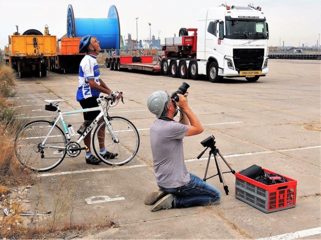 In en rond de havens is altijd wel wat te beleven. Zoals toen Koole Mammoet Salvage eind juli de poten van olieplatform Atlantic Rotterdam aan het demonteren was. Een medewerker fotografeert het werk, een voorbijganger stapt er even voor af.