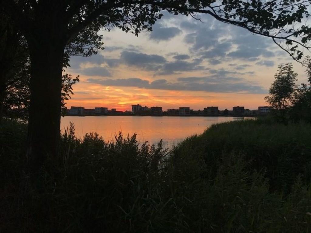 Hartje zomer de zonsondergang bij the urban villa's and nature aan de Westbroekerplas in Velserbroek. Foto Yvonne Zwanenburg Yvonne Zwanenburg © BDU