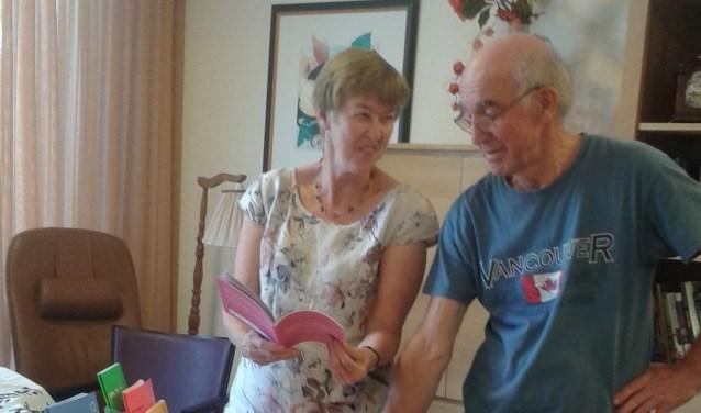Marianne Janssen en Paul Jacobs bekijken de brochures van Alzheimer Nederland