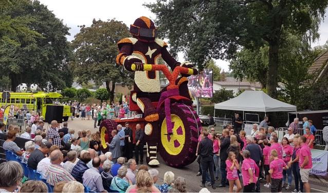 Bouwgroep De Heuvelrug wint de eerste prijs in de categorie Grote Praalwagens met hun wagen 'Al doende leert men'.