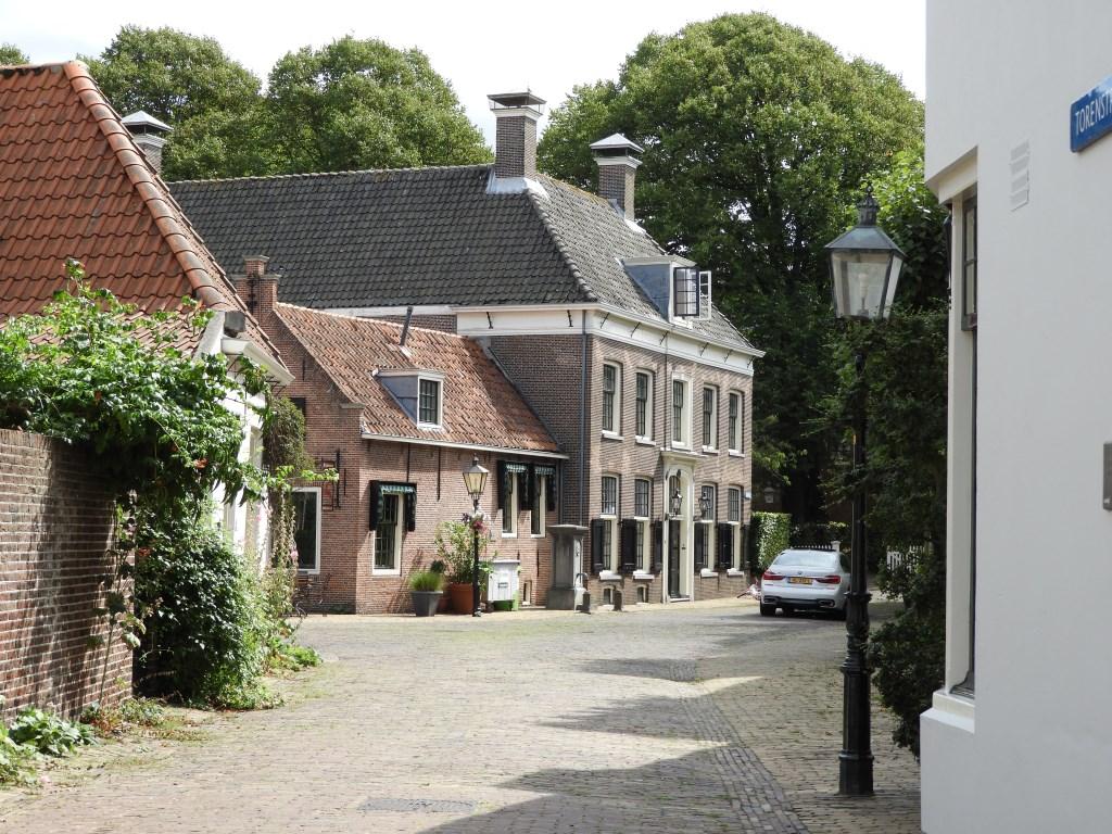 Het voormalig Weeshuis en Oude van dagenhuis der N.H. Kerk in de Torenstraat stamt uit de 18e eeuw. Willem Moojen © BDU Media