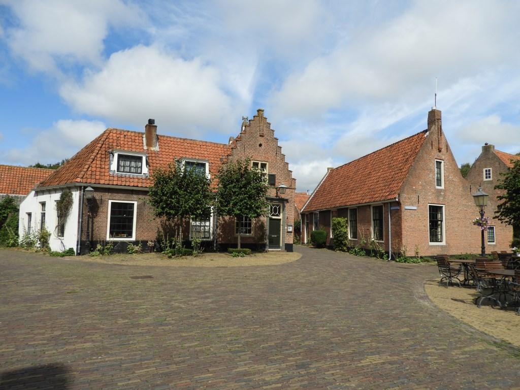 Eeuwen oude huisjes, hoek Zuiderdorpstraat-Hoofdbuurtstraat.Het pand met trapgevel stamt uit tweede helft 17e eeuw.