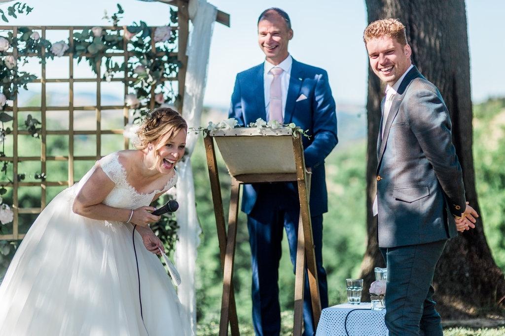 <p>Trouwambtenaar Erik Roest in actie. Twee jaar geleden mocht hij zijn nichtrje trouwen op een adembenemende locatie in het buitenland.</p> Wit Photography | Renate van Dijk © BDU media