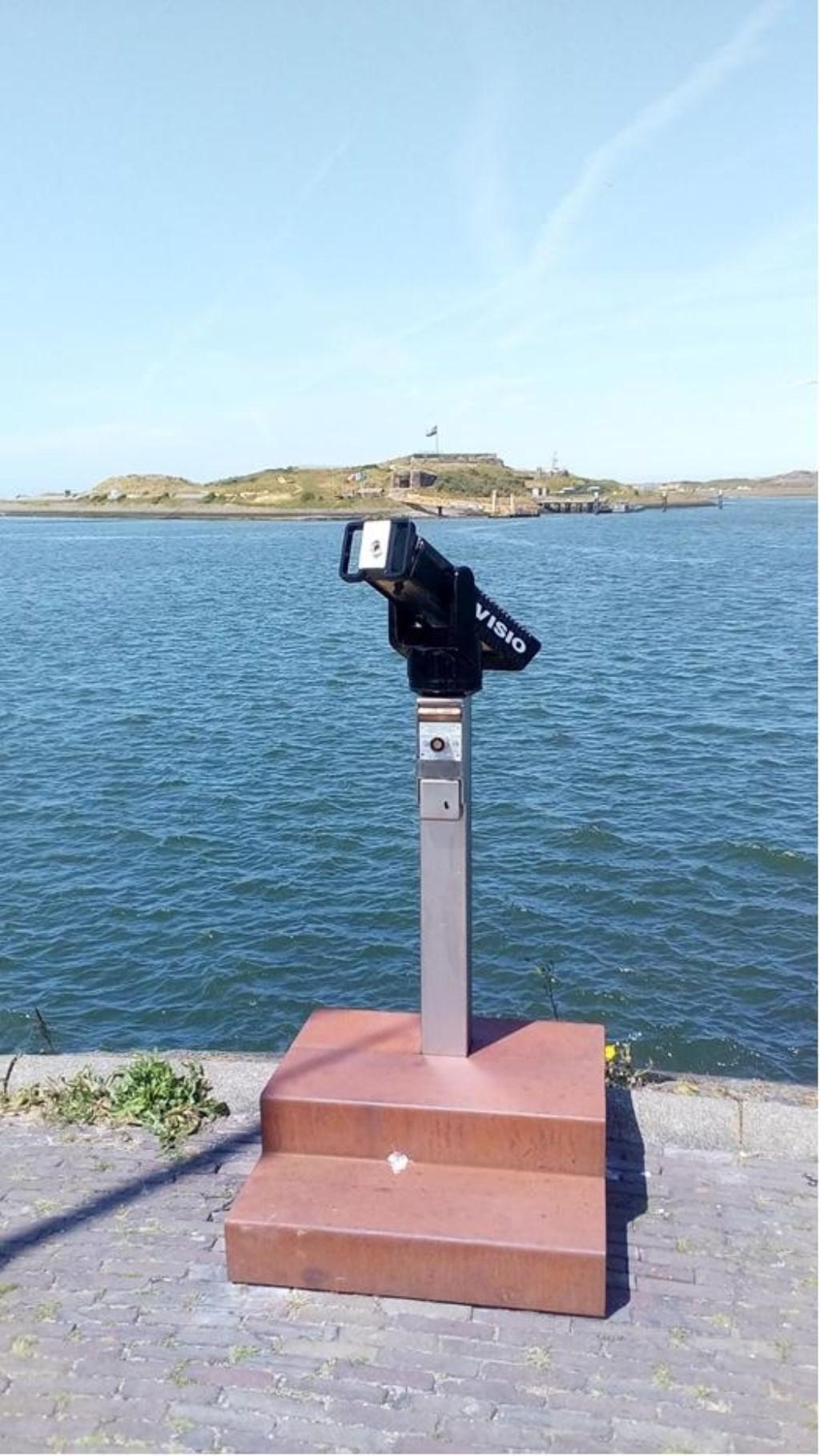 Op de kop van de haven is weer een verrekijker teruggekeerd. Een populaire en uitnodigende plek. Rauw aan zee © BDU