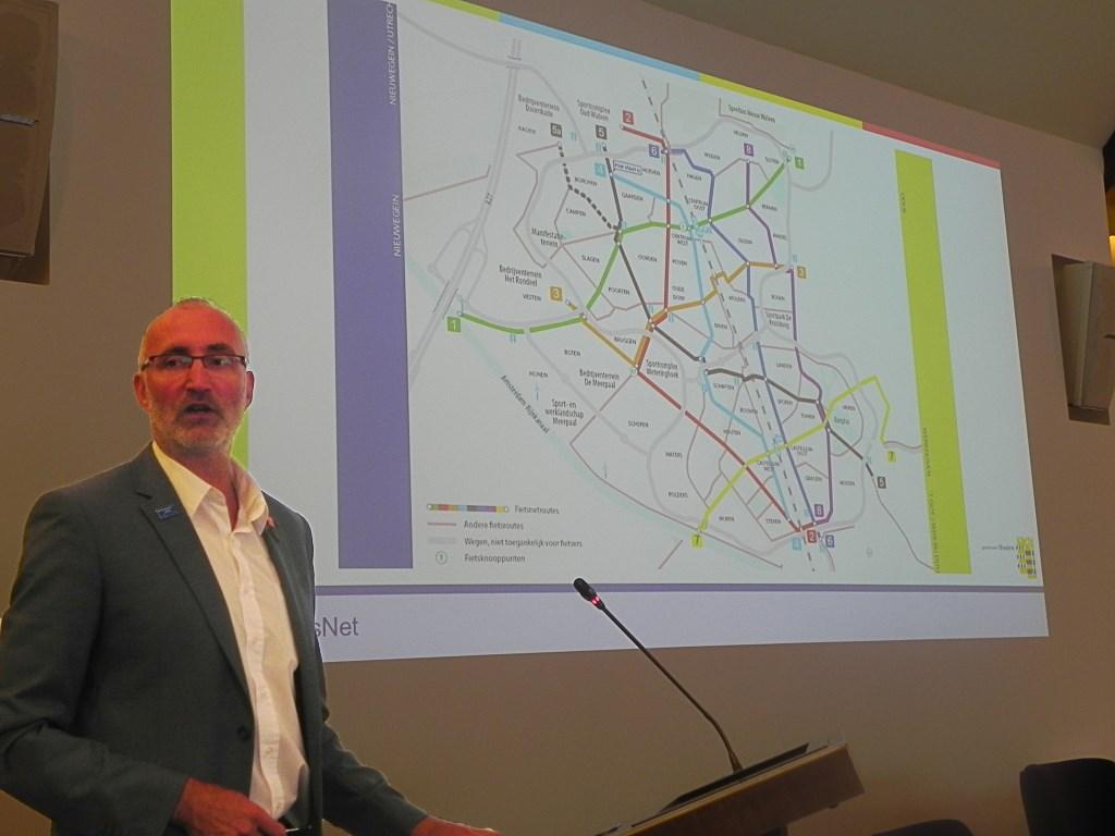André Botermans toont tijdens een presentatie het fietsnetwerk van Houten.