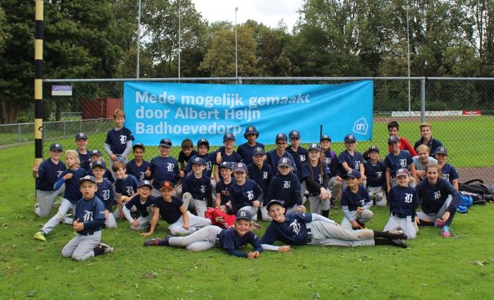 SC Badhoevedorp jeugd is blij met sponsor AH Badhoevedorp Monique Smidt © BDU media
