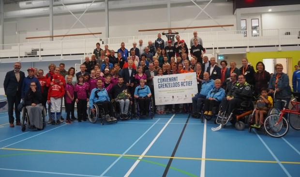 Sporters en trainers, buurtsportcoaches en wethouders bij elkaar met het convenant. Mariska Stehouwer © BDU media