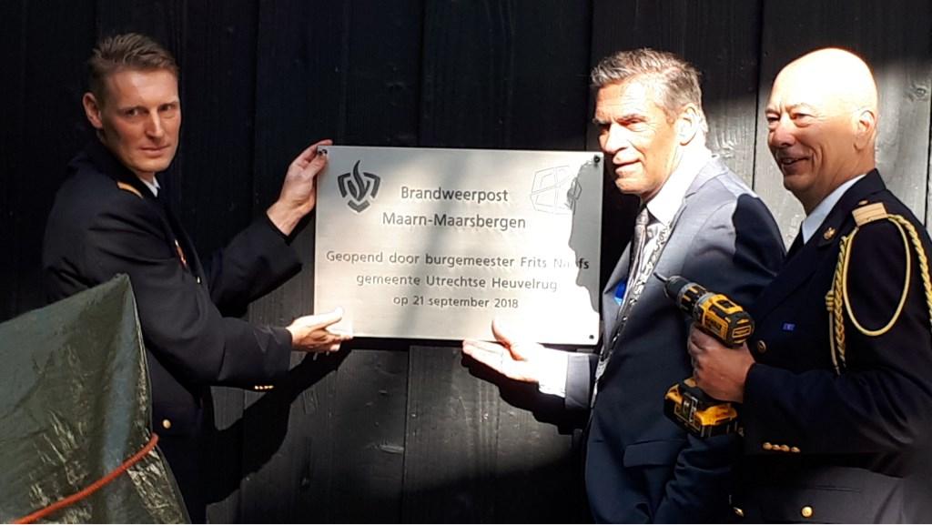 Jeroen de Ruwe,Frits Naafs en VRU directeur brandweerrepressie Bas van den Hemel hangen de plaquette op. Monique José Timmermans © BDU