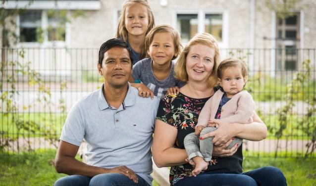 Het gezin van Eekhout, met vader John, Fenne, Thijn en moeder Minke met de kleine Merel op schoot, heeft een zwaar jaar doorgemaakt.